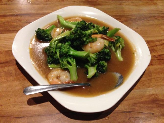 goong paht khannah (shrimp with broccoli and oyster sauce)