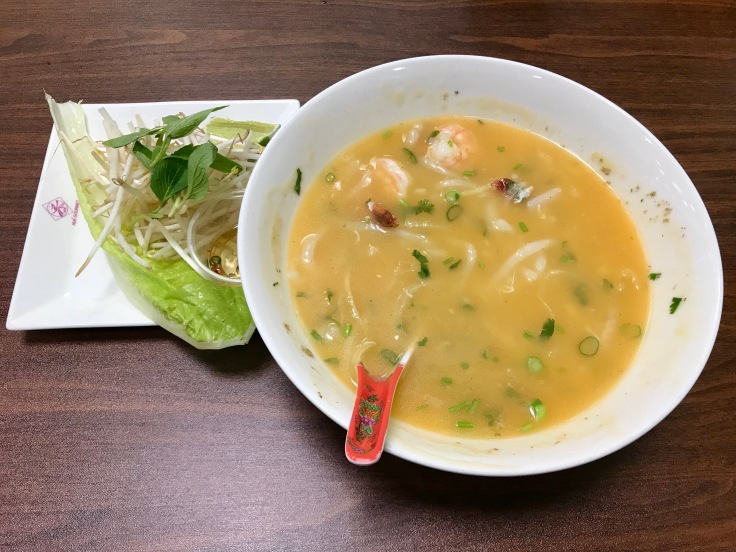 banh canh cua (noodle soup with crab and shrimp)